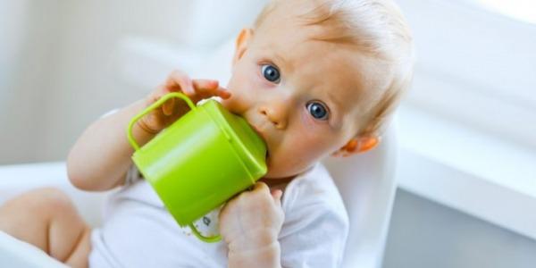 Detské poháre s náustkom môžu spôsobiť poruchy reči, krivé zuby a eróziu zubnej skloviny, varujú odborníci.